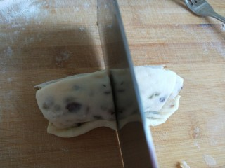 山药豆沙卷,从尖的部位卷成卷,中间切开。