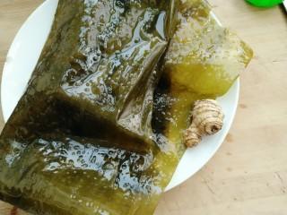 黄豆炖海带,准备泡发好的海带和生姜