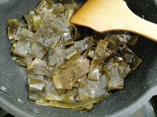黄豆炖海带,锅中放入油放入海带煸炒两分钟