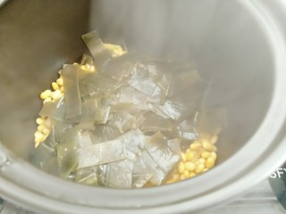 黄豆炖海带,炒好的海带放入砂锅