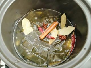 黄豆炖海带,倒入500克水