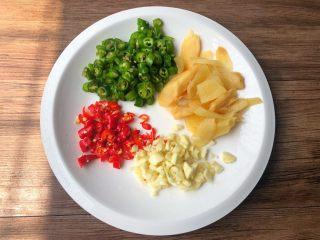 香辣牛蛙,泡姜冲洗一下切片,青辣椒和小米辣清洗干净切成圈圈,蒜头去皮洗净切蒜末。