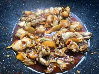 香辣牛蛙,加入少许盐,20克生抽,10克料酒翻炒均匀,盖上盖子焖5分钟。