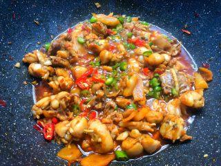 香辣牛蛙,焖好以后,加入青辣椒和小米辣翻炒至断生,加入少许鸡精,再加入少许白糖提鲜,然后开大火收汁,收好汁即可出锅。