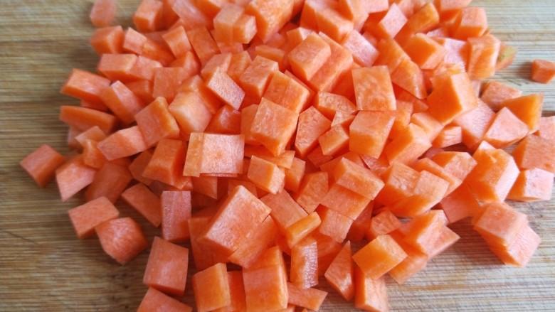 豌豆炒肉末,切成小丁。