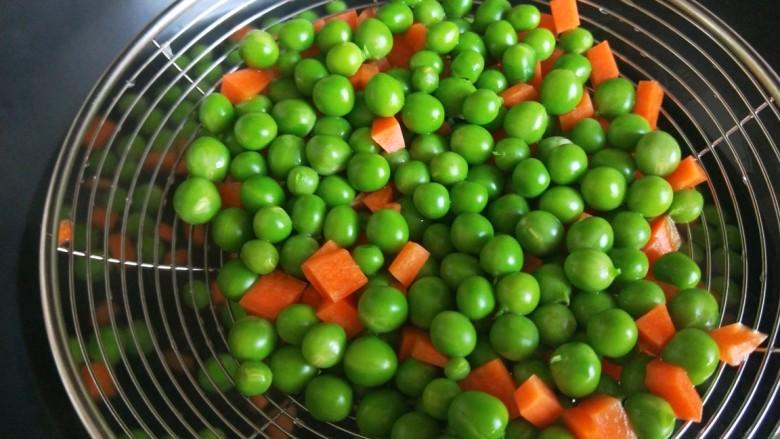 豌豆炒肉末,烫一下马上捞出来。
