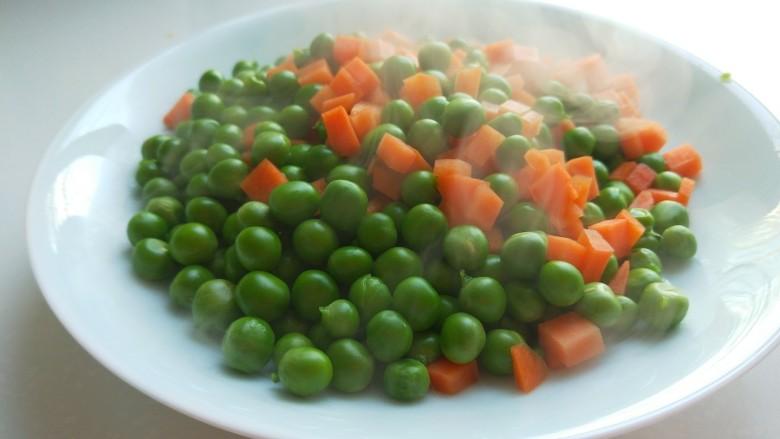 豌豆炒肉末,装盘备用。