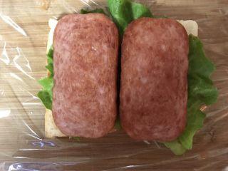 豪华三明治,放上煎好的火腿片