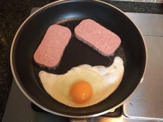 豪华三明治,鸡蛋、火腿片小火煎好,并用吸油纸吸去表面油份