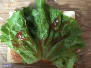 豪华三明治,涂上少量番茄酱