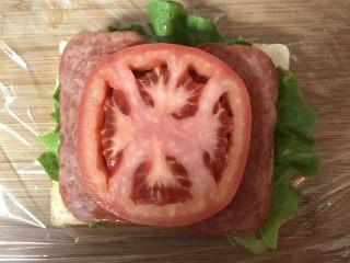 豪华三明治,放上番茄片