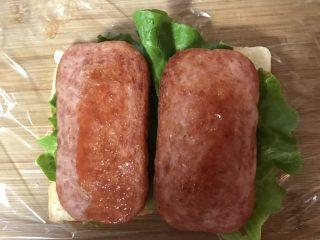 豪华三明治,涂上番茄酱