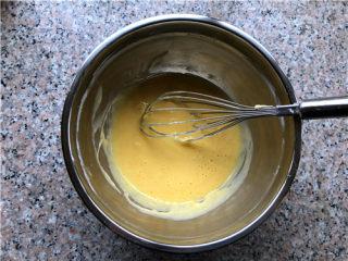 百香果双色玛德琳,倒入过筛的面粉,混合至无干粉颗粒。