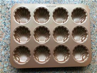 百香果双色玛德琳,准备一个玛德琳模具。 我用的学厨的12连贝壳玛德琳模具,防粘效果比较好,如果用其他不粘效果一般的模具,一定要涂一层黄油,再撒面粉,这样处理后的模具不粘效果会比较好。