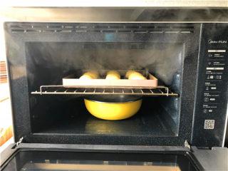 南瓜小餐包,把烤盘放到烤箱,下面放一盆热水,进行二次发酵。