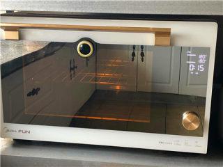 南瓜小餐包,烤箱上下火180度预热。把烤盘放到预热好的烤箱里,烤15分钟。