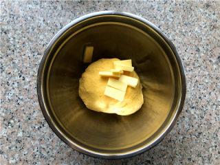 南瓜小餐包,揉至扩展阶段,放入软化好的黄油。