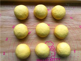 南瓜小餐包,分成九个等份。滚圆,盖保鲜膜静置15分钟。