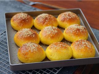 南瓜小餐包,时间结束,取出烤好的小餐包。趁热刷一层蜂蜜水。