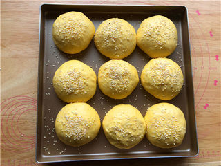 南瓜小餐包,面团二发到1.5倍大小,刷一层水,撒上白芝麻。