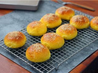 南瓜小餐包,放到晾网上晾一下。晾到手温度可以装到袋子里,这样下次吃的时候面包还是会很柔软。