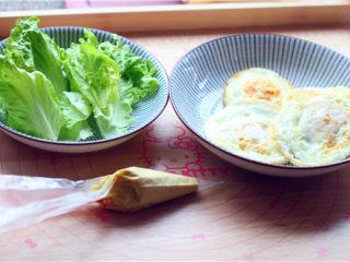 南瓜小餐包,生菜洗干净,把沙拉酱装到裱花袋里。