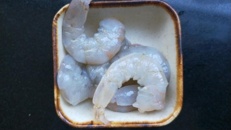 西兰花虾饼,青虾去头去尾,去除虾线,清洗干净。