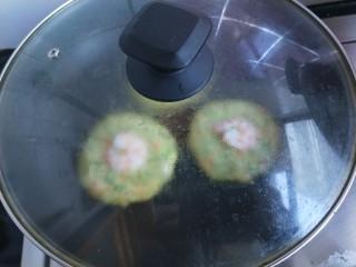 西兰花虾饼,看着周边都凝固了,该翻面了。可是翻面就会破坏形状。为了保持虾饼的完美形状,不翻面,在锅的周边不碰到饼的地方稍加一点清水,(有利于形成水蒸气,水不要多了,多了成煮饼了)然后盖上锅盖焖三分钟。全程小火。如果虾仁周边都凝固了,就熟了。