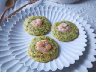 西兰花虾饼,松软Q弹,营养丰富的西兰花虾饼就做好了。这些面糊能做9个小饼。