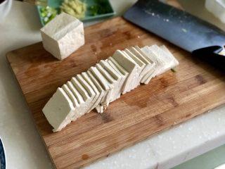 红白相间鲜上鲜➕酱肉蒸卤水豆腐,豆腐切成两半再切成约2~3毫米厚的均匀片,这一盒豆腐400g,阿晨用了约3/4。