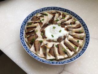 红白相间鲜上鲜➕酱肉蒸卤水豆腐,撒上一些葱绿末,今天家里就一根小葱了,实在有点少😛