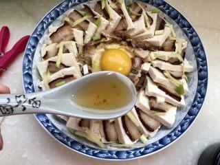 红白相间鲜上鲜➕酱肉蒸卤水豆腐,把调味汁均匀浇在豆腐上。