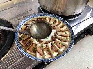 红白相间鲜上鲜➕酱肉蒸卤水豆腐,烧一勺热油,约8成热,浇在豆腐酱肉上,完工。