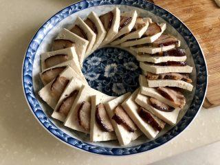 红白相间鲜上鲜➕酱肉蒸卤水豆腐,开始摆盘:一片酱肉一片豆腐交替摆放,或者大家选择自己喜欢的摆盘方式