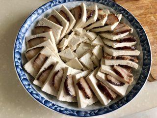 红白相间鲜上鲜➕酱肉蒸卤水豆腐,切点豆腐碎摆放在中间,中间比外圈摆的要低一点,这是为了摆鸡蛋。