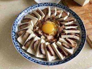 红白相间鲜上鲜➕酱肉蒸卤水豆腐,把鸡蛋打在豆腐碎上,刚才切酱肉,还剩一点边角料碎的撒在蛋周围
