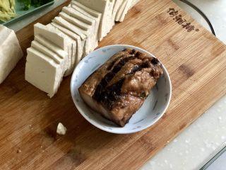红白相间鲜上鲜➕酱肉蒸卤水豆腐,酱肉清洗一下,窦妈妈做的酱肉不会很咸,如果是用的比较咸的酱肉或腊肉,最好先下锅煮10分钟再捞出,煮出过多的盐分