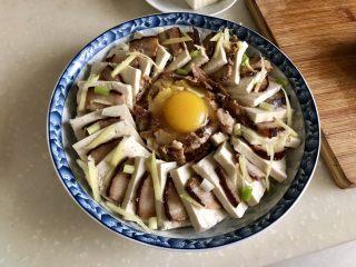 红白相间鲜上鲜➕酱肉蒸卤水豆腐,把姜丝葱白均匀洒在豆腐酱肉上