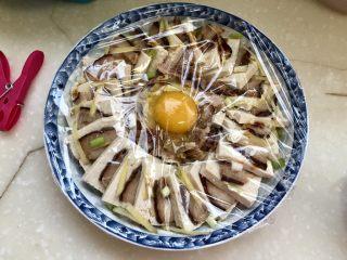 红白相间鲜上鲜➕酱肉蒸卤水豆腐,蒙上保鲜膜,用牙签在膜上戳几个洞