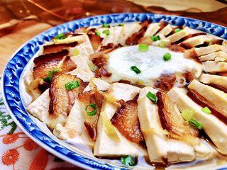 红白相间鲜上鲜➕酱肉蒸卤水豆腐,这道酱肉蒸豆腐,做法简单快捷,营养丰富,滋味鲜美。酱肉的油脂和鲜味渗入嫩滑的豆腐中,简直太美味了。喜欢的厨友们,也快来试试吧