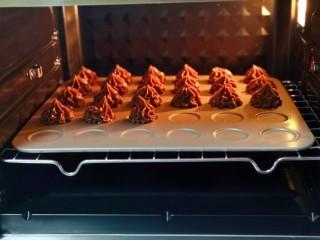 巧克力奶油泡芙,将烤盘入东菱烤箱中层,烤箱上管200°,下管190°烤8-10分钟,注意观察表面定型即可。