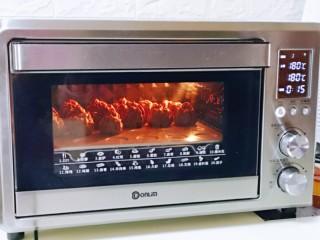 巧克力奶油泡芙,待泡芙表面定型后,将烤箱温度立即调低,上下管180°再烤12-15分钟。(具体时间及温度,根据自家烤箱性能另定)