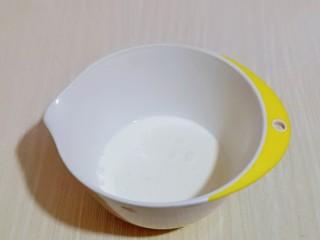 巧克力奶油泡芙,准备<a style='color:red;display:inline-block;' href='/shicai/ 886/'>奶油</a>打发,淡奶油倒入器具中,加入白砂糖。