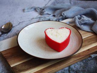 咖喱土豆鸡丁饭,用模具将米饭塑成你所喜欢的形状。