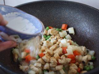 咖喱土豆鸡丁饭,倒入2小碗的水,将食材翻炒均匀。