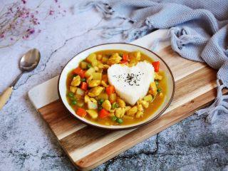 咖喱土豆鸡丁饭,盛上咖喱土豆鸡丁,美味可口的咖喱土豆鸡丁饭就可以开吃了。
