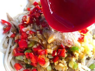 手撕杏鲍菇,锅里放入适量油,烧至9成热,把热油浇到姜蒜末和杏鲍菇上面,再撒上葱花。