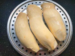 手撕杏鲍菇,杏鲍菇清洗干净,蒸锅里放入适量水,放入蒸屉,把杏鲍菇放到蒸屉里,开大火,把杏鲍菇蒸熟。