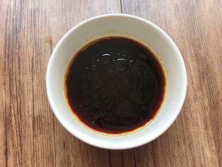 手撕杏鲍菇,取一个小碗,倒入20克生抽,少许盐,6克蚝油,白醋适量,白糖少许,芝麻油适量,搅拌至融化待用。