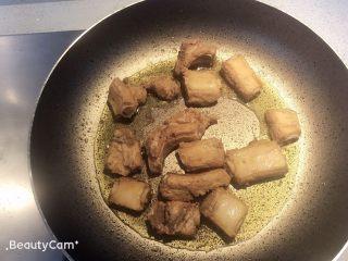 青椒煎排骨,起锅热油,加入排骨,转小火。
